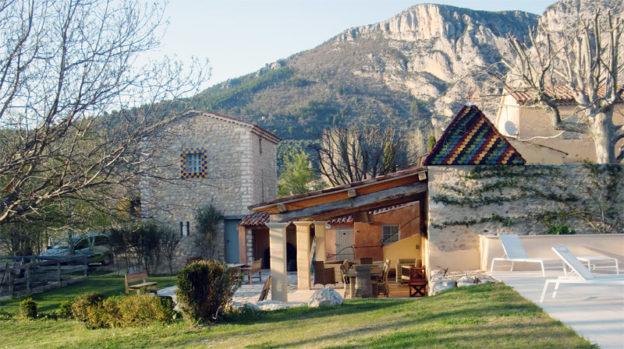 Construction d'une villa traditionnelle avec pigeonnier et terrasse